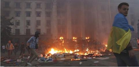 彼等を建物の中に追い込む為、抗議テントは燃やされ、そこで右派セクターが彼等を待ち構えていた