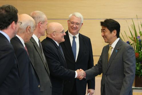 平成26年7月15日、安倍総理は総理大臣官邸で、日米安全保障研究会米側委員一行による表敬を受けました。(出典)