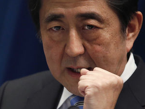 Japan's Prime Minister Shinzo Abe speaks during a news conference at his official residence in Tokyo November 18, 2014. Abe said on Tuesday he would delay a planned rise in the nation's sales tax to …by 写真:ロイター/アフロ