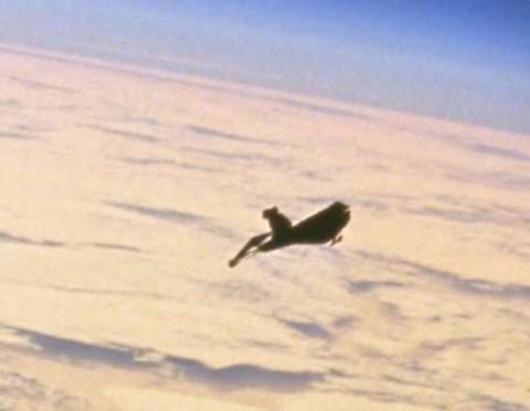 (国際宇宙ステーションから見たブラックナイト(黒い騎士=人工衛星)サテライト)