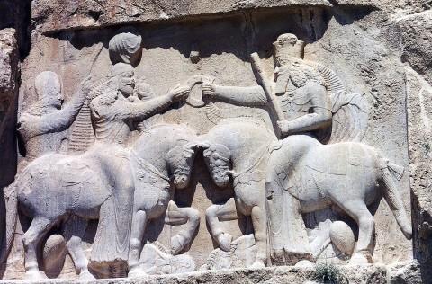 アフラ・マズダー(右)より王権の象徴を授受されるサーサーン朝のアルダシール1世(左)のレリーフ(出典)