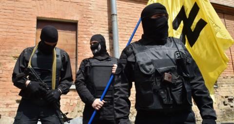 © AFP 2015/ SERGEI SUPINSKY 「右派セクター」が検問所を設置、キエフに戦闘員送り込むと威嚇(動画)