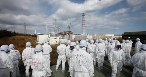 © AFP 2015/ POOL / ISSEI KATO 福島第一原発3号機使用済み核燃料プールより重機20トン引き上げ始まる