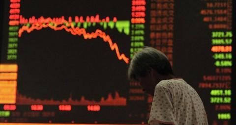 © REUTERS/ STRINGER 上海証券取引所インデックス 取引開始後に6.41パーセント下落 アナリストは「市場パニック」を語る