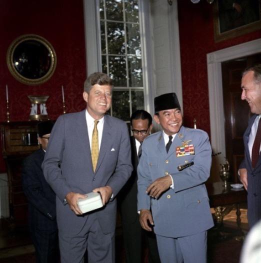【ケネディ大統領とスカルノ大統領、1963年11月。 画像の出典:Kグループ社の別記事から】
