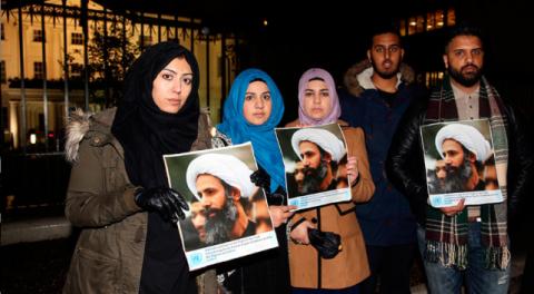 2016年1月2日 イギリス、ロンドンのサウジアラビア大使館前で、著名なシーア派宗教指導者ニムル・アル-ニムルの処刑に反対する抗議行動で、プラカードを掲げる抗議行動参加者  Neil Hall / Reuters