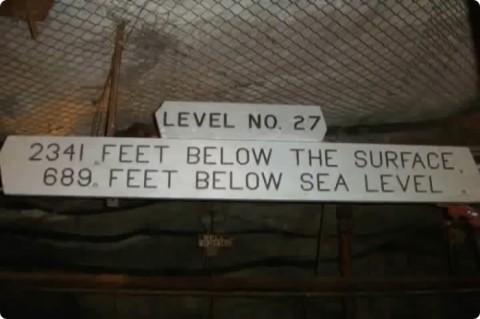 地下2341フィート(713m) 海面下689フィート(210m)