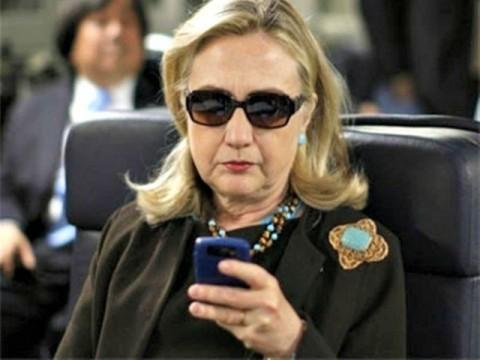 Hillary-on-her-Phone-AP-Photo-640x480-640x480