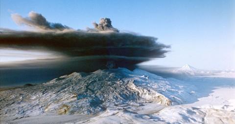 © SPUTNIK/ NACHINKIN M カムチャツカのクリュチェフスキー火山 6000メートルの噴煙を吹き上げる