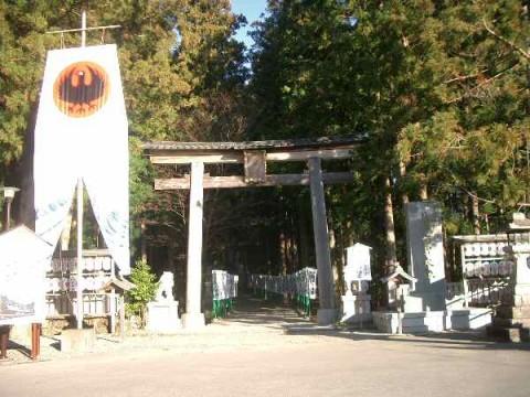 熊野本宮大社の鳥居の横に掲げられた八咫烏の旗