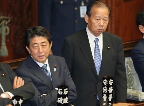 本会議に臨む二階俊博氏(右)と安倍晋三首相=国会内で1日午後1時2分、宮武祐希撮影