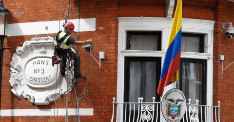 https://www.rt.com/news/356697-man-climbs-ecuadorian-embassy-assange/