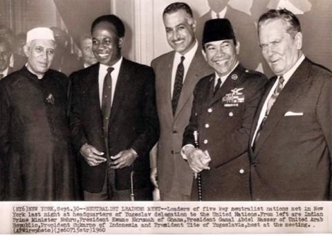 【「中間の道」を選んだ主要五カ国の首脳がニューヨーク国連本部内のユーゴスラビア代表支部で1960年9月30日に集まった時の様子。左から上記インド、ガーナ、エジプト、インドネシア、ユーゴスラビアのトップ。】