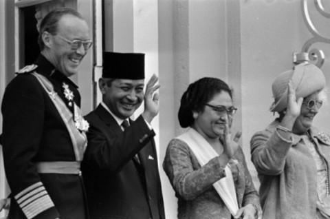 オランダ公式訪問中の1970年9月3日、インドネシア大統領スハルトとシティ・ハルティナ大統領夫人をスーストダイク宮殿で歓待するベルンハルト公とユリアナ女王