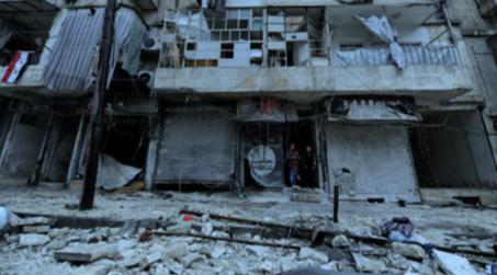 政府によって奪還されたシリア、アレッポの al-Shaar 近傍の破壊跡に立つ少年たち、2016/12/13