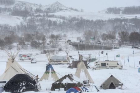 (記録的な豪雪に見舞われる抗議活動キャンプ場の11月29日の様子。 Reuters )