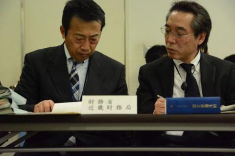 民進党調査団によるヒアリングの際、池田統括官(左)は苦悶の表情で顔をゆがませ、終始うつむいていた。=21日、大阪合同庁舎 撮影:筆者=