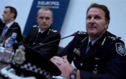 """オーストラリア連邦警察の Grant Edwards (右)、英国子 供濫用オンライン保護センタ ーのPeter Davis(中央)、ユ ーロポル所長Rob Wainwright (奥)が、水曜日、ハーグで行 われた""""救出作戦""""記者会議で、 地球的な子供虐待ネットワー クに関連する大逮捕の詳細を 語る。"""