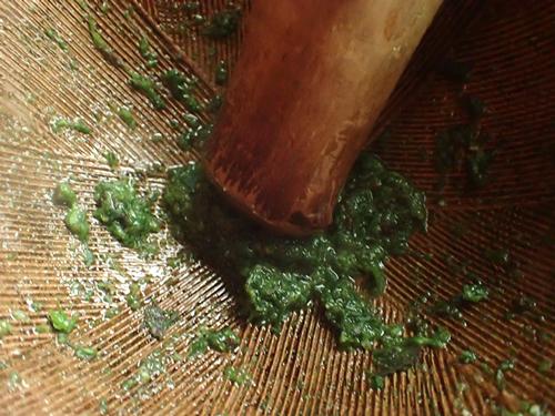 ハコベに塩を入れてすり鉢で