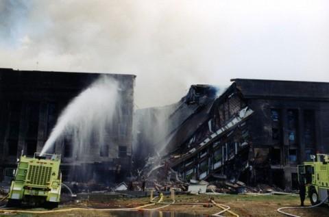 © 写真: FBI テロン被害にあったペンタゴンの現場での消防隊