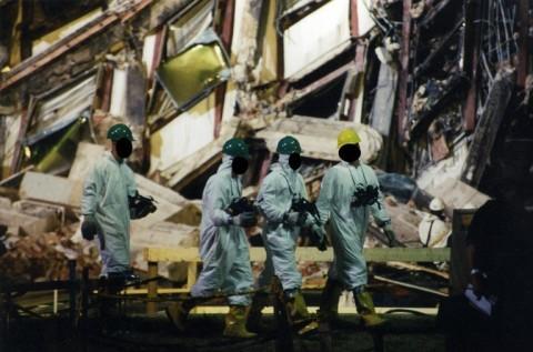 © 写真: FBI テロ攻撃の被害にあった現場での特殊部隊の作業